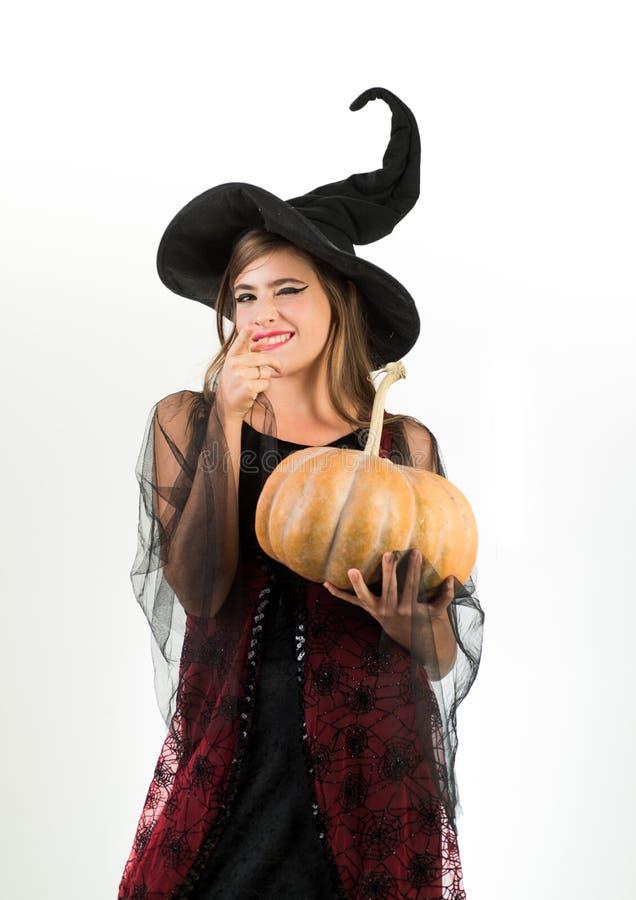 Gl?ckliche junge Frau in Hexenhalloween-Kost?m auf Partei ?ber lokalisiertem Hintergrund Gl?ckliche gotische junge Frau in der He lizenzfreies stockfoto