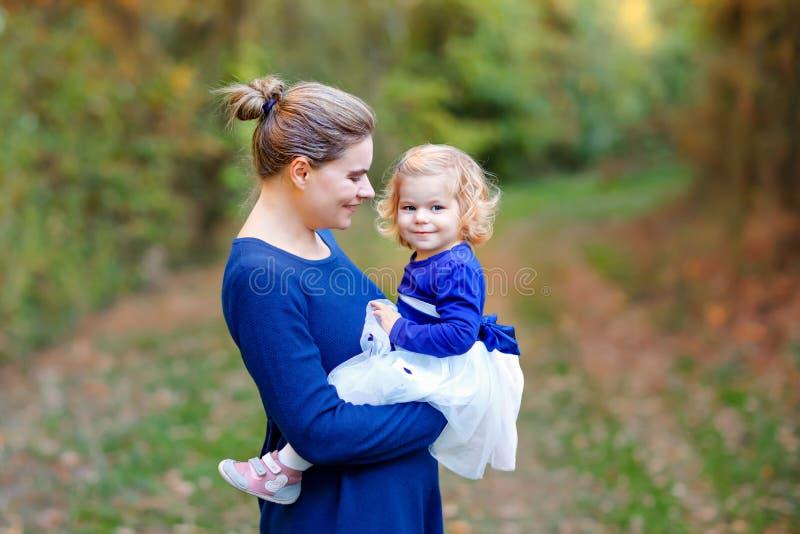 Gl?ckliche junge Mutter, die nette Kleinkindtochter des Spa?es, Familienportr?t zusammen hat Frau mit sch?nem Baby in der Natur lizenzfreies stockbild