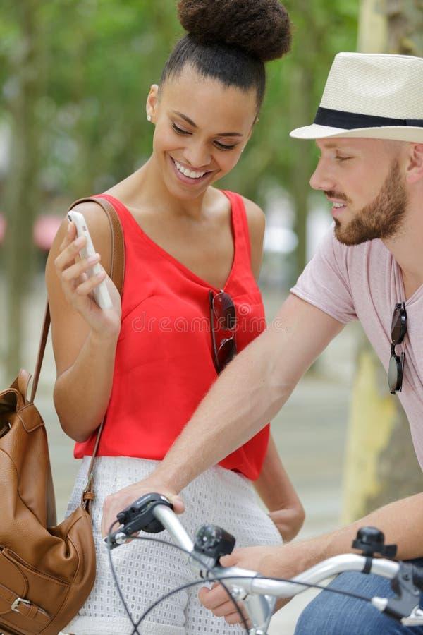 Gl?ckliche junge Paare mit Fahrrad stockfotografie