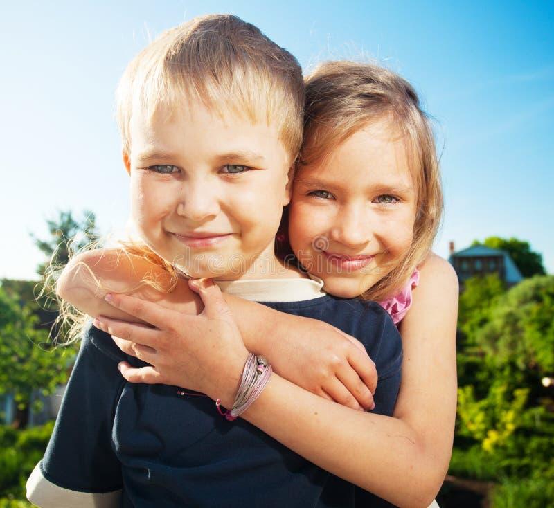 Gl?ckliche Kinder am Sommer lizenzfreie stockfotografie