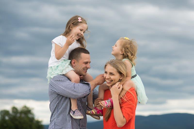 Gl?ckliche Kindheit, Familie, Liebe lizenzfreies stockbild