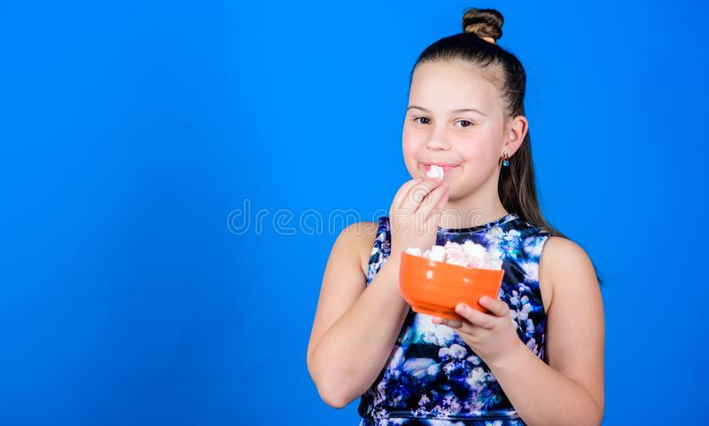 gl?ckliche kleines Kinderliebesbonbons und -festlichkeiten Kleines M?dchen essen Eibisch Gesunde Nahrung und Zahnpflege eibisch S lizenzfreie stockfotografie