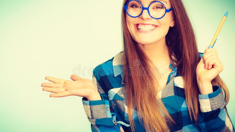 Gl?ckliche l?chelnde nerdy Frau in den sonderbaren Gl?sern stockfoto