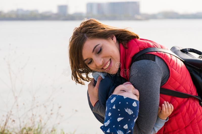 Gl?ckliche liebevolle Familie Mutter- und Kindspielen lizenzfreie stockfotos