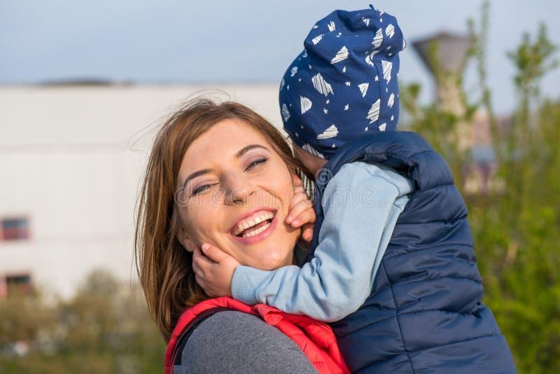Gl?ckliche liebevolle Familie Mutter- und Kindspielen lizenzfreies stockbild