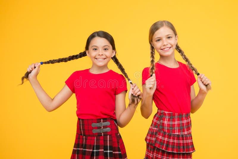 Gl?ckliche Momente Beste Freunde der Kindermädchenschwestern in der frohen Stimmung Sch?ne Schwestern Kindernettes Spiel mit lang stockfotos