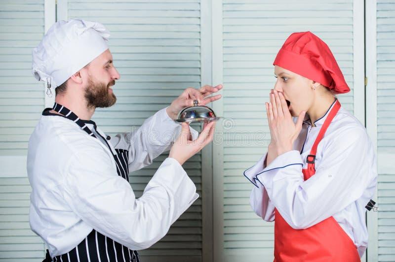 Gl?ckliche Momente zusammen Mann- und Frauenchef im Restaurant Paare in der Liebe mit perfekter Nahrung Familie, die in der K?che lizenzfreies stockfoto