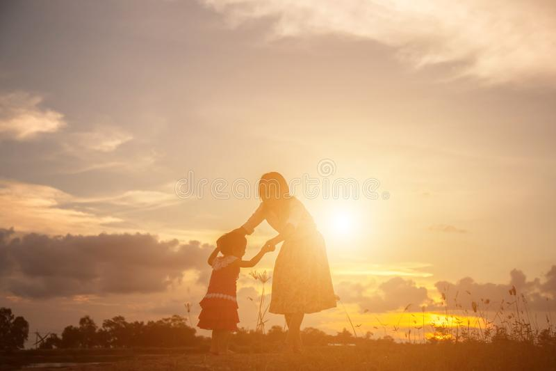 Gl?ckliche Mutter mit Sch?tzchen stockfoto