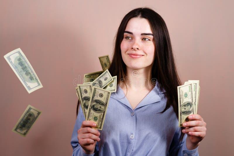 Gl?ckliche Reichesstellung unter Dusche vom Geld lizenzfreie stockbilder