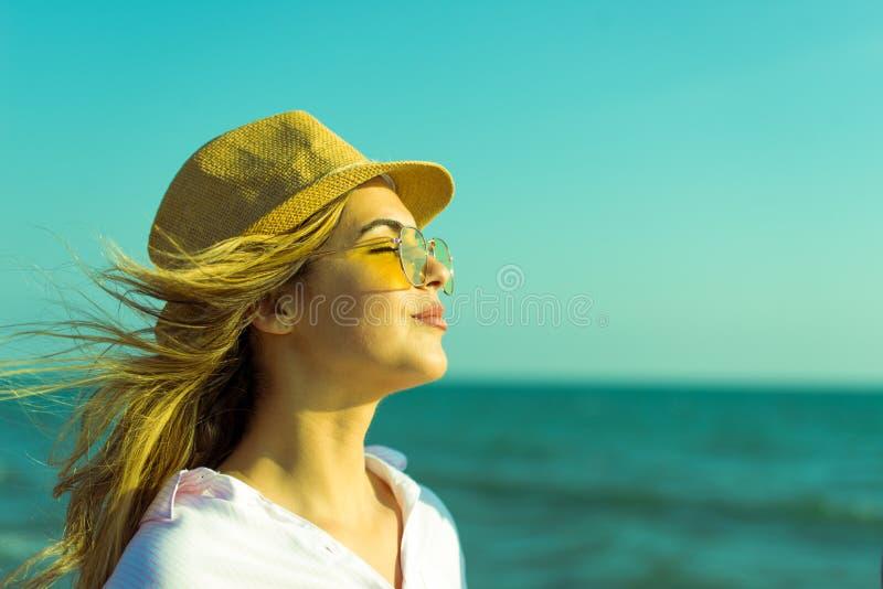 Gl?ckliche romantische Mitte gealterte Paare, die sch?nen Sonnenuntergang-Weg auf dem Strand genie?en lizenzfreies stockfoto