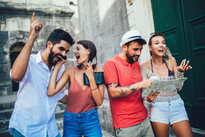 Gl?ckliche Touristen, die in der Stadt besichtigen lizenzfreies stockfoto