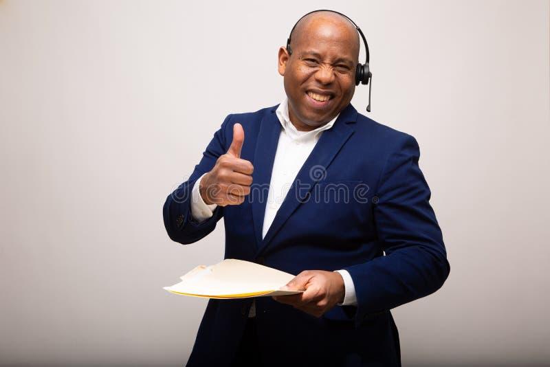 Gl?cklicher Afroamerikaner-Gesch?ftsmann With Thumbs Up lizenzfreie stockfotografie