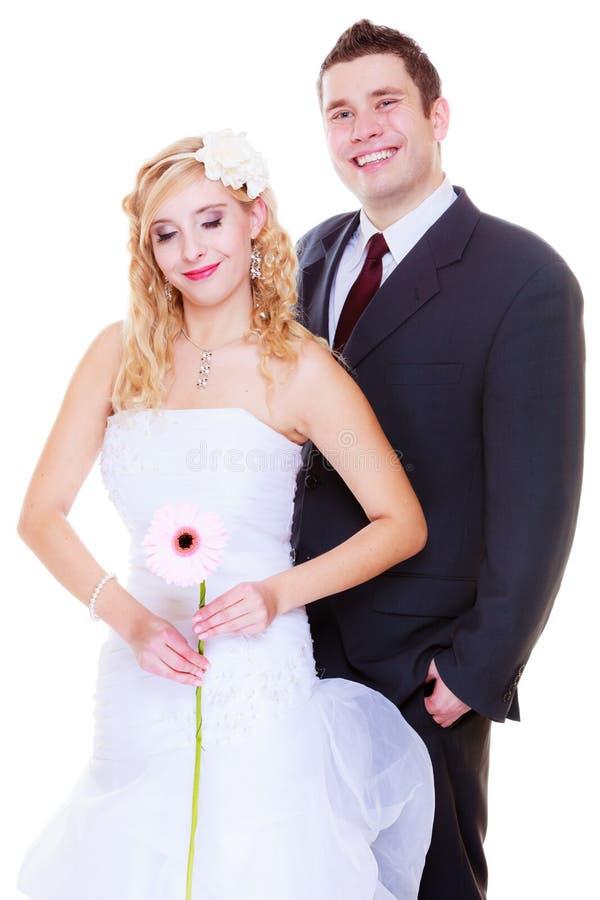 Gl?cklicher Br?utigam und Braut, die f?r Heiratfoto aufwirft lizenzfreie stockfotos