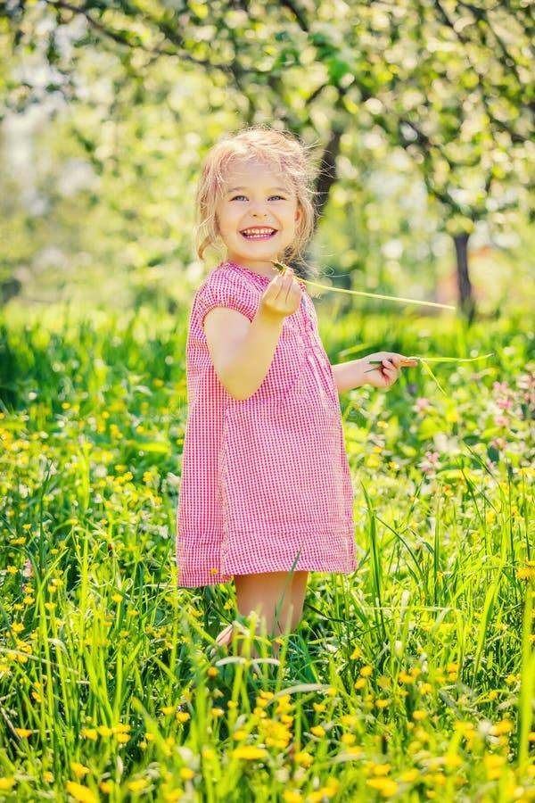 Gl?cklicher Garten des kleinen M?dchens im Fr?hjahr lizenzfreies stockfoto
