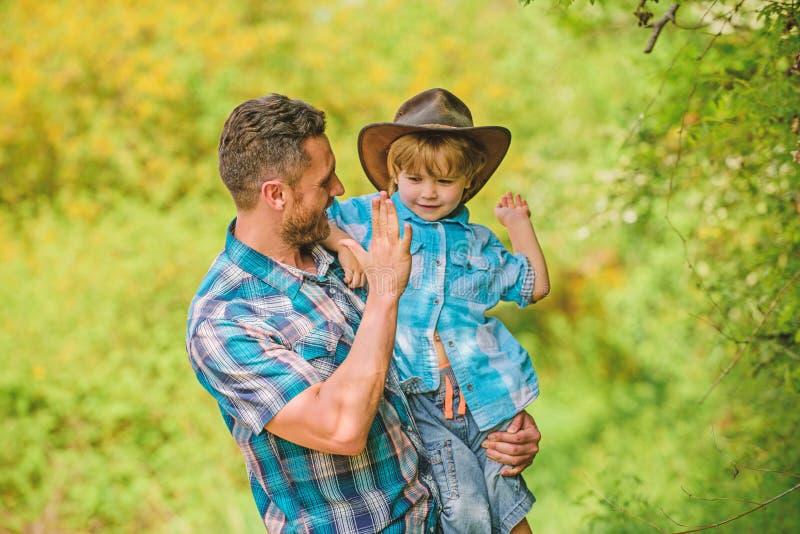 Gl?cklicher Mannvati im Waldmenschen und -natur Familientag Gl?cklicher Tag der Erde Eco-Bauernhof kleiner Jungenkinderhilfsvater stockbilder