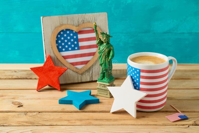 Gl?cklicher Unabh?ngigkeitstag, 4. des Juli-Feierkonzeptes mit Kaffeetasse und amerikanische Flagge auf Holztisch stockbilder