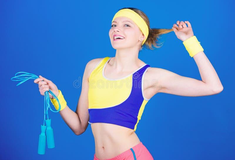 Gl?ckliches Frauentraining mit Seilspringen Sportliches Frauentraining in der Turnhalle Gesundheitsdi?t Formung des Erfolgs Stark stockbild