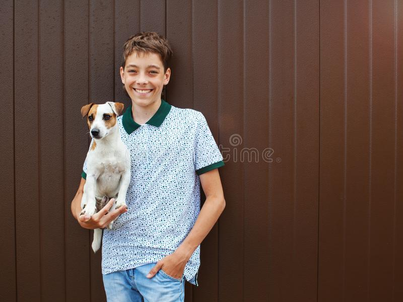 Gl?ckliches jugendlich mit Hund stockfoto