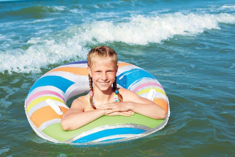 Gl?ckliches Kind, das im blauen Wasser von Ozean auf einem tropischen Erholungsort in dem Meer spielt Nettes Schwimmen des kleine lizenzfreie stockbilder