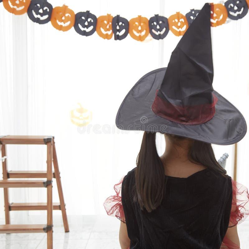 Gl?ckliches Kinderm?dchen im Hexenkost?m zu Halloween stockbilder