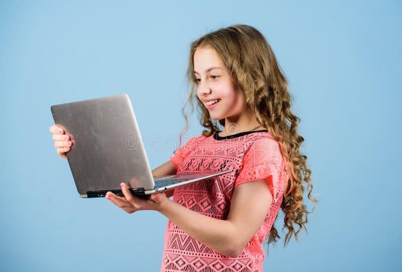 Gl?ckliches kleines M?dchen mit Laptop Online kaufen Schulprojekt Gr?nden Sie Gesch?ft r lizenzfreie stockfotos