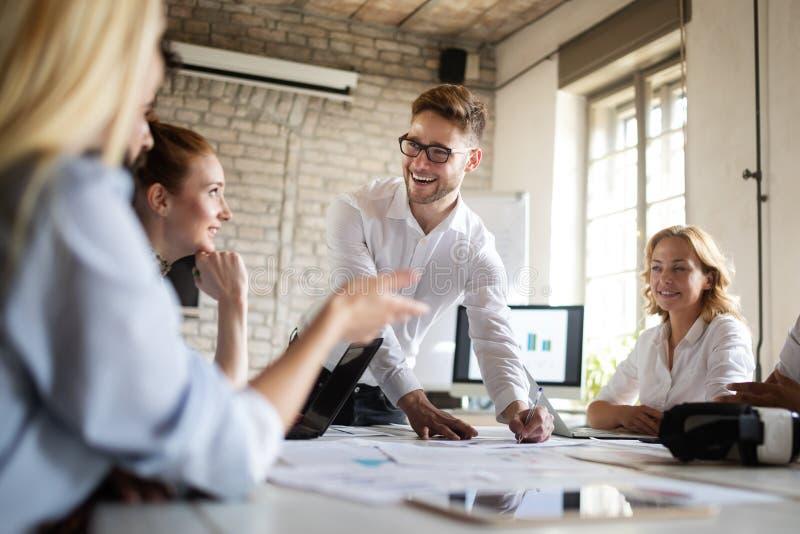 Gl?ckliches kreatives Team im B?ro Gesch?fts-, Start-, Entwurfs-, Leute- und Teamwork-Konzept lizenzfreies stockfoto