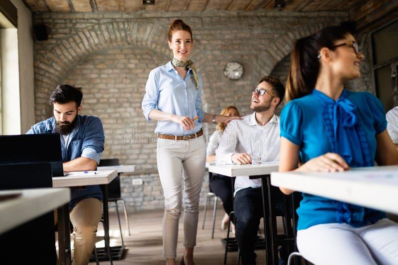 Gl?ckliches kreatives Team im B?ro Gesch?fts-, Start-, Entwurfs-, Leute- und Teamwork-Konzept stockfotos