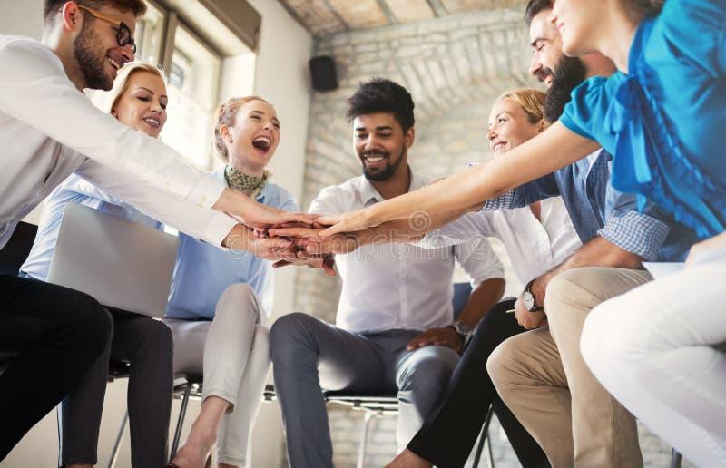 Gl?ckliches kreatives Team im B?ro Gesch?fts-, Start-, Entwurfs-, Leute- und Teamwork-Konzept stockfoto