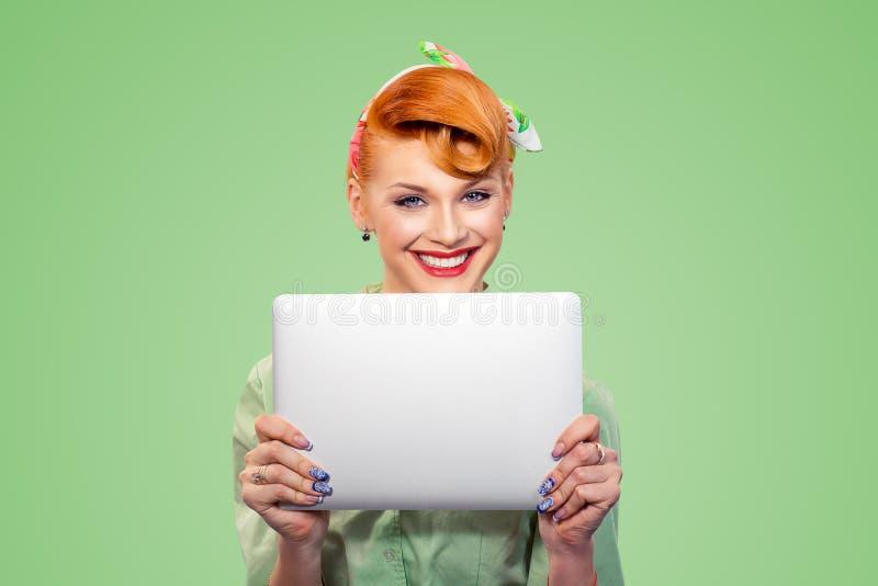 Gl?ckliches M?dchen mit Laptop stockfotografie