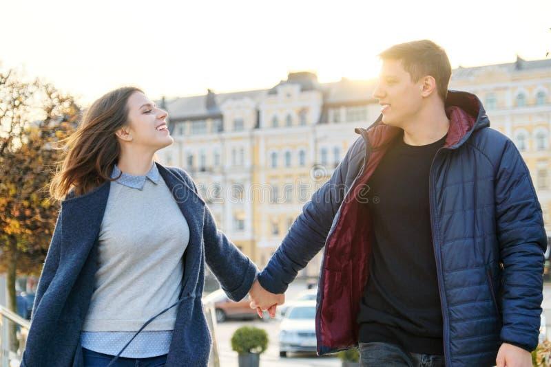 Gl?ckliches Mann- und Frauenh?ndchenhalten der jungen Paare stockbilder