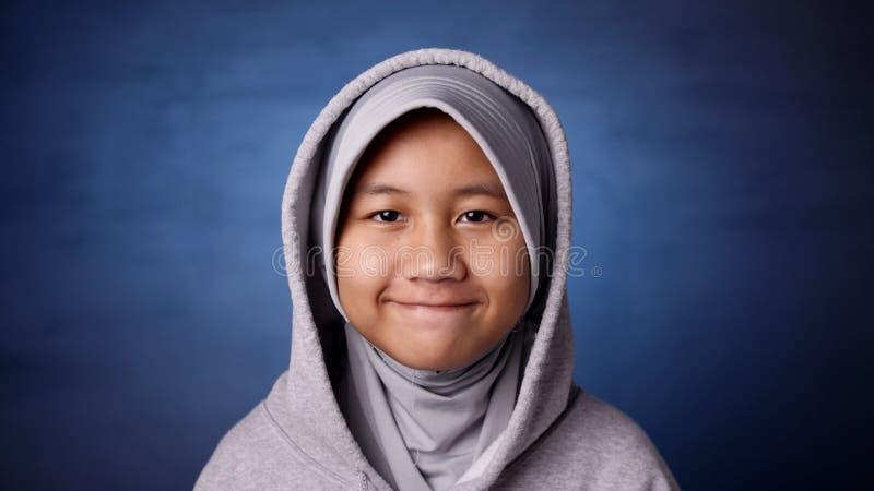 Gl?ckliches moslemisches M?dchen stockfoto