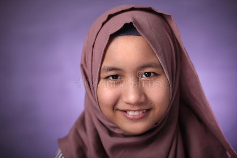 Gl?ckliches moslemisches M?dchen lizenzfreies stockfoto