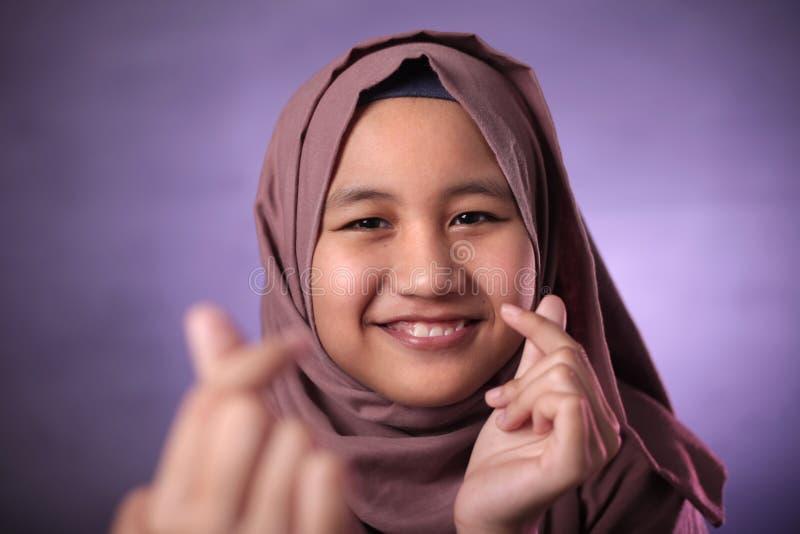 Gl?ckliches moslemisches M?dchen lizenzfreie stockfotos