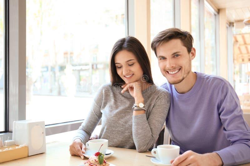 Gl?ckliches Paar, das romantisches Datum im Caf? hat stockfotos