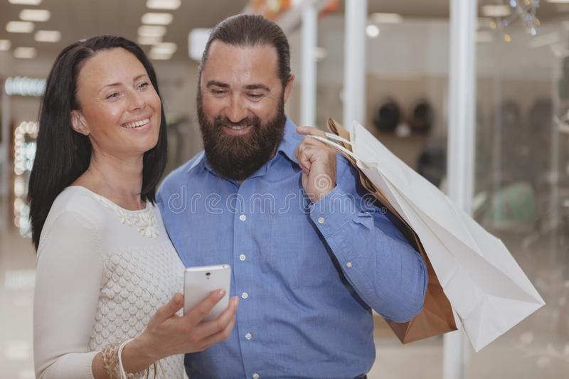 Gl?ckliches reifes Paareinkaufen im Einkaufszentrum lizenzfreie stockfotos