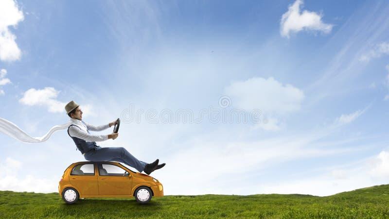 Gl?ckliches Reisen auf Spielzeugfahrzeug stockfotos