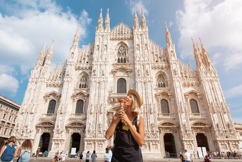 Gl?ckliches Reisendm?dchen in Mailand-Stadt Touristische Frau, die nahe Duomokathedrale in Mailand, Italien, Europa aufwirft lizenzfreie stockfotos