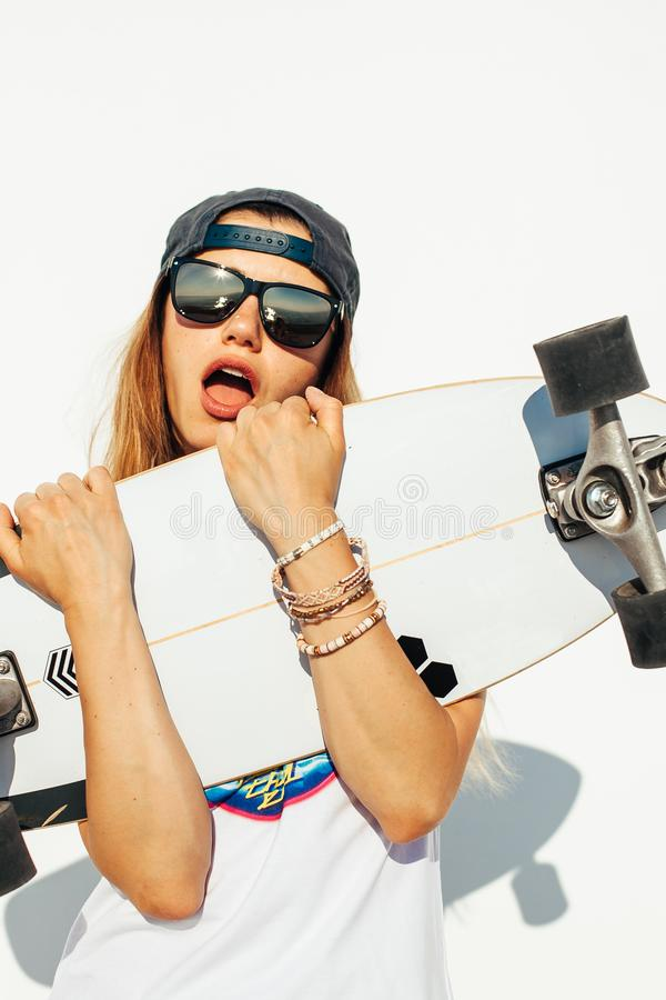 Gl?ckliches Skateboard fahren des jungen M?dchens stockbilder