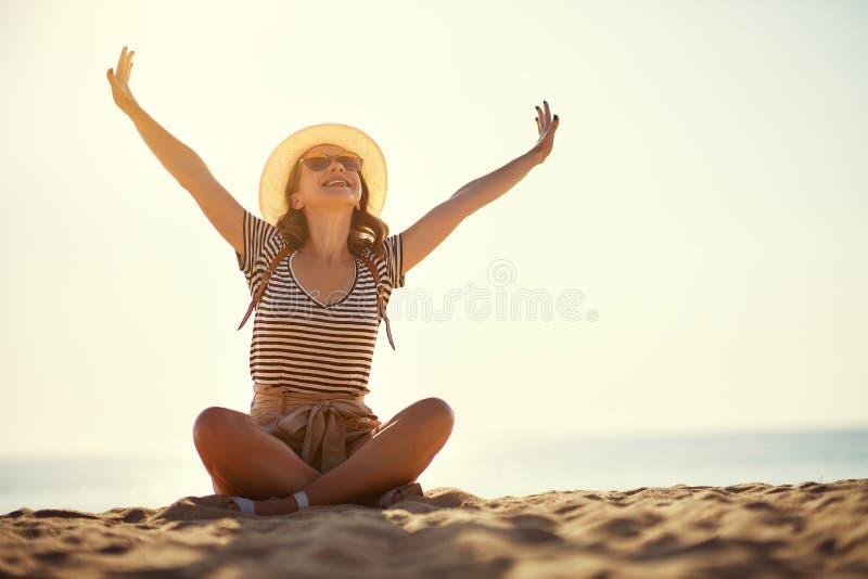 Gl?ckliches touristisches M?dchen mit Rucksack und Hut auf Meer lizenzfreies stockbild
