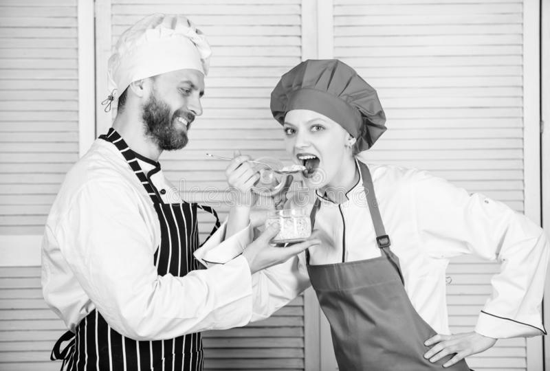 Gl?ckliches verheiratetes Paar haben Freude zusammen an der K?che Geheime Zutat durch Rezept Kochuniform Men?planung kulinarisch lizenzfreie stockfotografie