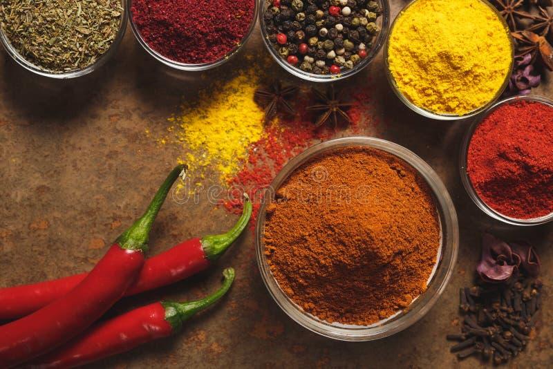 Gl?dheta chilipeppar placera text Olika typer av kryddor i en bunke på en stenbakgrund ?vre sikt royaltyfri bild