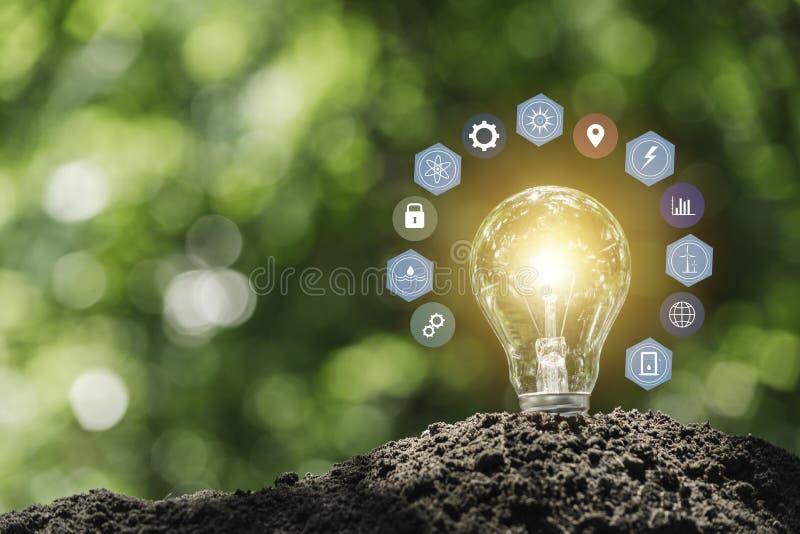 Gl?hlampen mit das Gl?hen Technologie- und Kreativit?tskonzept mit Gl?hlampen und Kopienraum f?r Einsatztext lizenzfreies stockbild