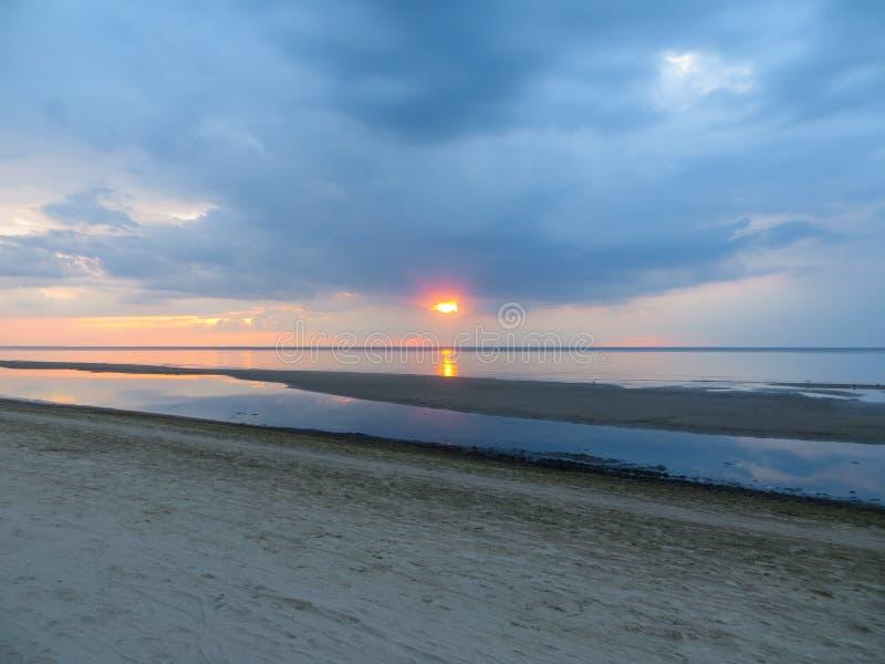 Gl?ttung von D?mmerung auf dem Ufer des Golfs von Riga in Jurmala Ostsee, Lettland, Europa lizenzfreie stockfotos