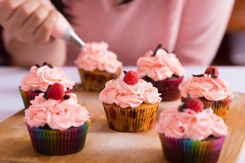 Glaçage de petits gâteaux photos libres de droits