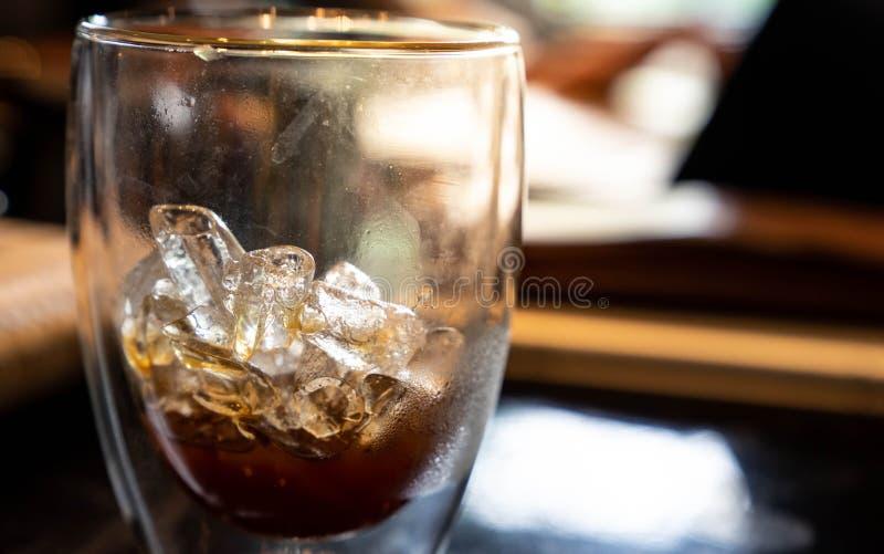 Glaçon dans la boisson en verre de kola photos libres de droits
