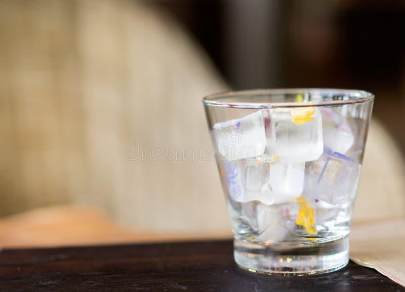 Glaçon en verre pour la boisson froide au café photos stock
