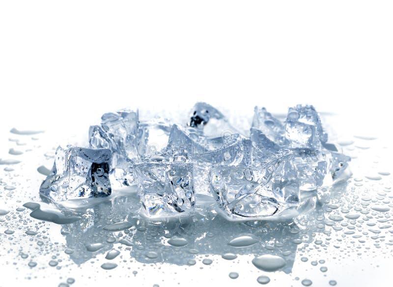 Glaçons avec de l'eau photographie stock libre de droits