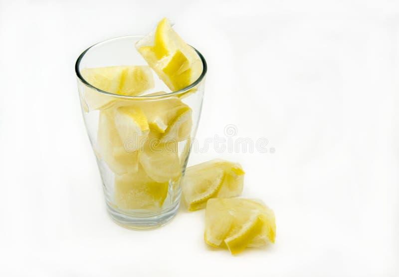 Glaçons avec des citrons photo stock