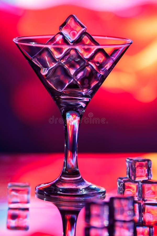 Glaçons dans un verre de cocktail photos libres de droits