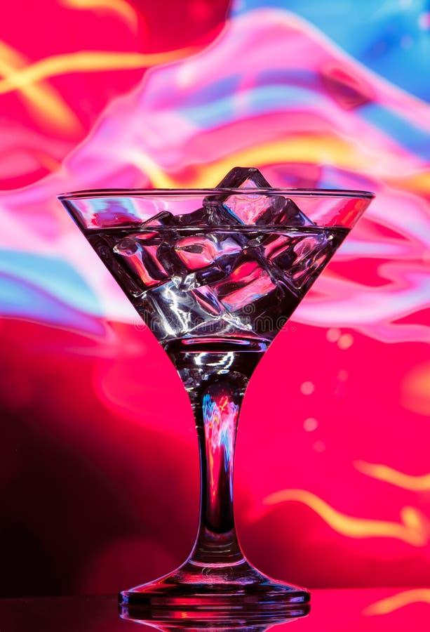 Glaçons dans un verre de cocktail image libre de droits
